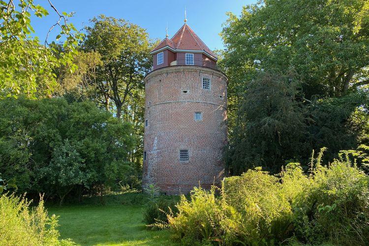 Die Burg Stickhausen -Südliches Ostfriesland - zeigt sich im Sonnenschein.