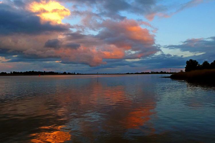 Sonnenuntergang über der Ems bei Jemgum