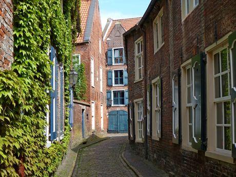 Der Wilhelminengang in Leer mit alten Backsteingebäuden mit Holzfensterläden