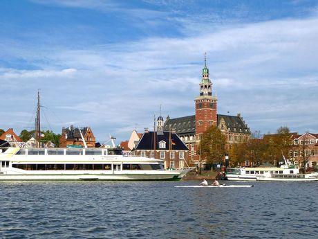 Blick auf den Leeraner Hafen und das Rathaus - südliches Ostfriesland.