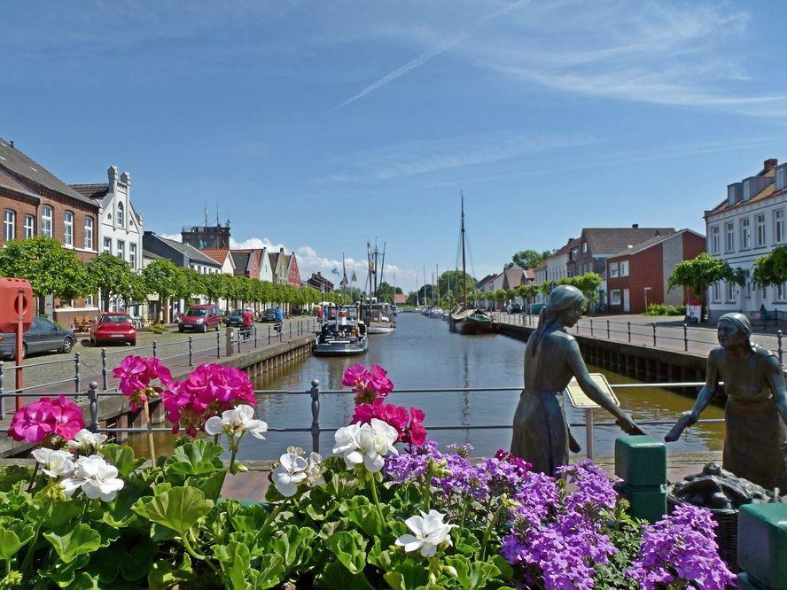 Der alte Hafen in Weener, südliches Ostfriesland, zeigt sich im Sommerwetter.