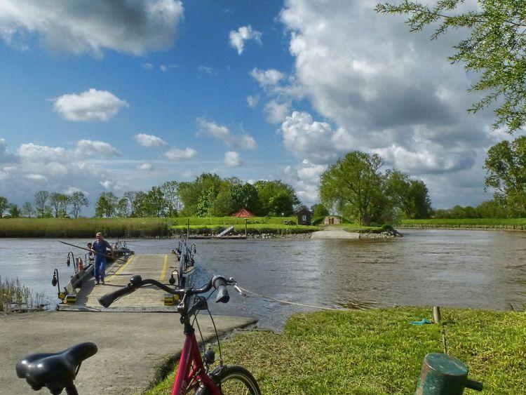 Fahrradfahrer an der Pünte in Leer bei schönem Wetter