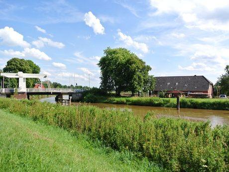 Blick auf Ziehbrücke an der Jümme in Stickhausen, südliches Ostfriesland.