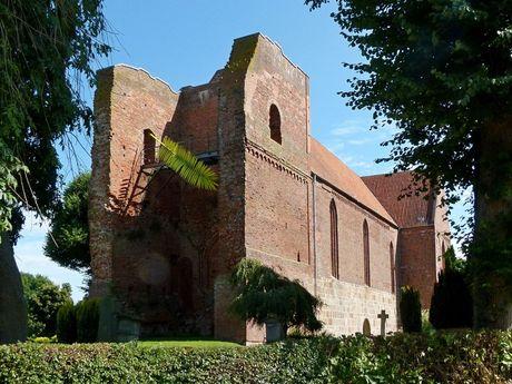 Blick auf die Turmruine der Sankt Mauritius Kirche Friedeburg