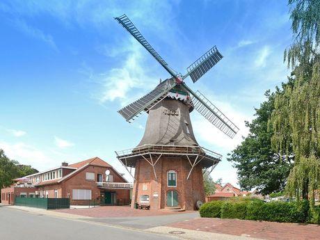 Die Mühle in Uplengen, südliches Ostfriesland, erstrahlt bei Sonnenschein.