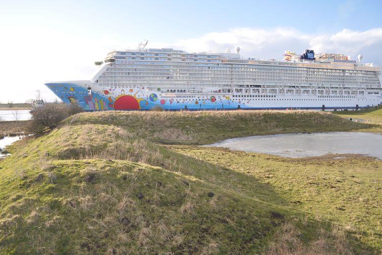 Ein Schiff der Meyer Werft aus Papenburg fahrend auf der Ems, Südliches Ostfriesland.
