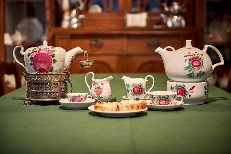 Die Ostfriesische Teezeremonie wird auch in Leeraner Teestuben - südliches Ostfriesland - zelebriert.