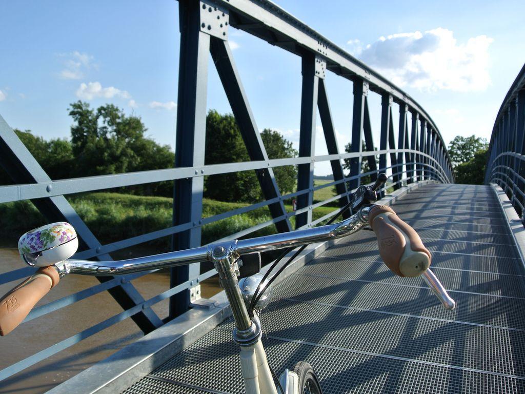 Radfahren auf der schmalsten Autobrücke Deutschlands in Amdorf, südliches Ostfriesland.