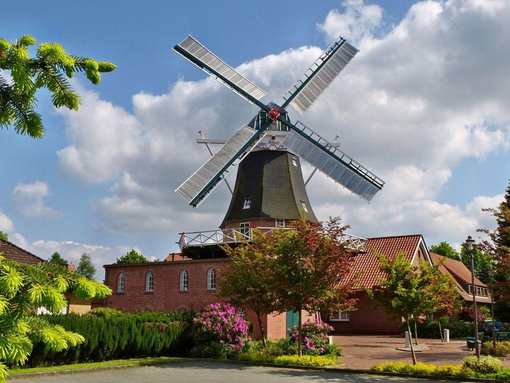 Die Mühle Idafehn in Ostrhauderfehn - Südliches Ostfriesland - zeigt sich bei Sonnenschein