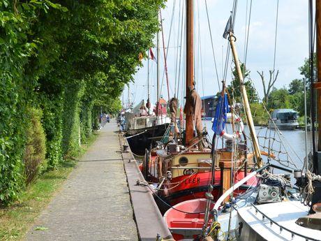 """Plattbodenschiffe im """"Alten Hafen"""" von Weener"""
