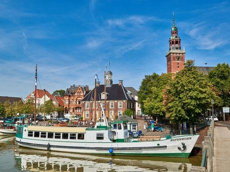 """Das Boot """"Hafenmusik"""" im Hafen von Leer an der Anlegestelle direkt am Rathaus"""