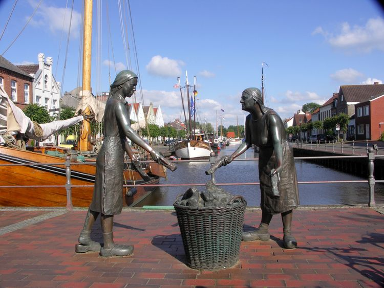 Bronzefiguren am alten Hafen von Weener