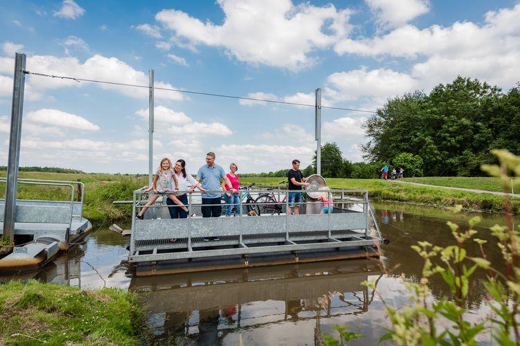 Mit der Kurbelfähre in Jümme, südliches Ostfriesland, kann jeder selbst von Hand bedienen.