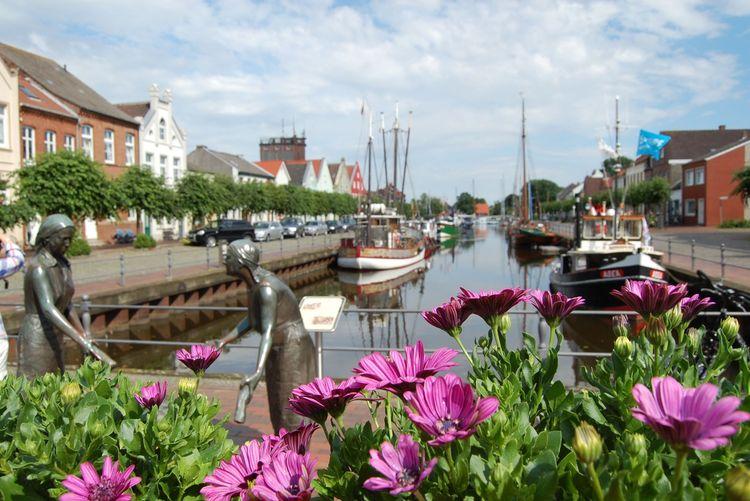 Bronzefiguren am Alten Hafen in Weener